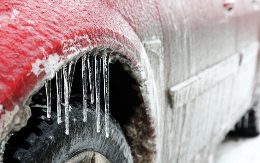 Apledėjęs, apšalęs automobilis