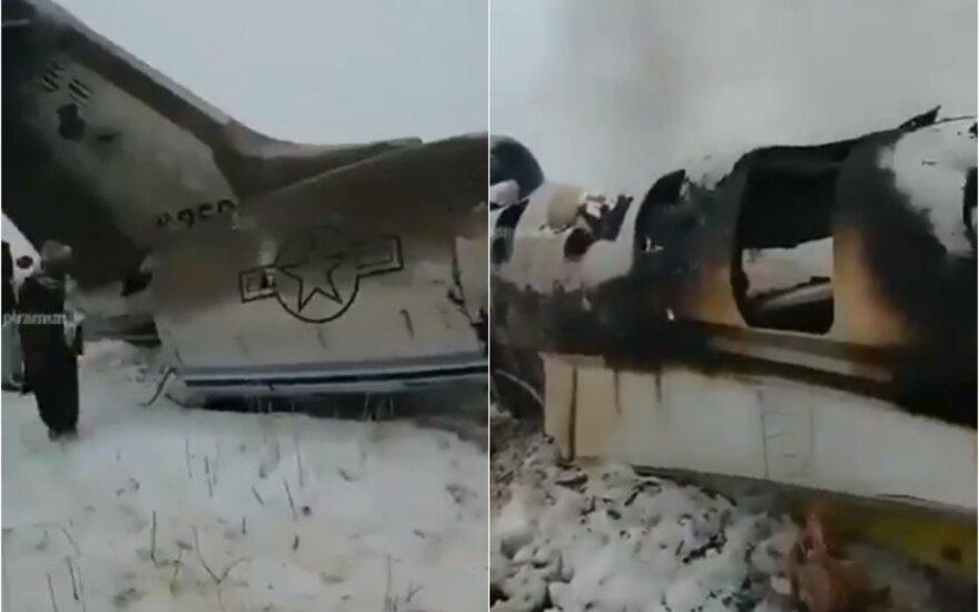 JAV patvirtino, kad Afganistane sudužo karinis lėktuvas