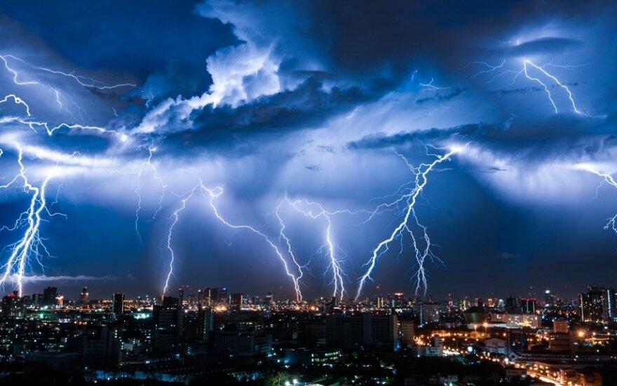 Įspėja, kokių rūpesčių atneša žaibai: dėl jų sukeltų elektros svyravimų namuose patiriami dideli nuostoliai