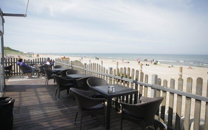 Paplūdimio kavinių verslininkai: gėda prieš užsieniečius, žmonės juokiasi ir nešasi savo alkoholį