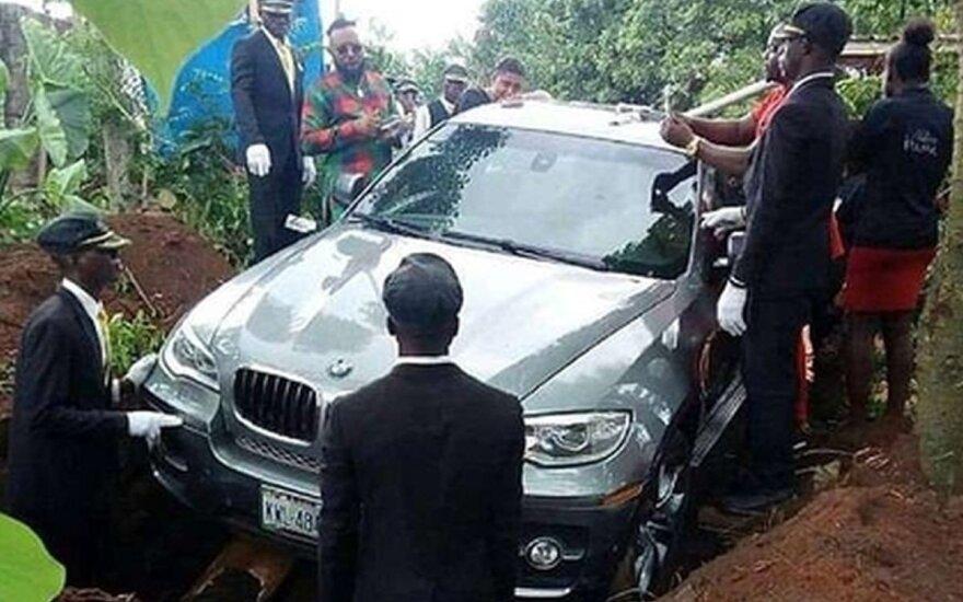 Nigerijoje vyras palaidotas prabangiame BMW visureigyje