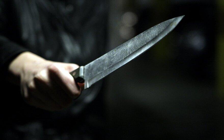 Policininko gyvybę išgelbėjo kišenėje buvęs telefonas – į jį atsitrenkė į krūtinę smeigiamas peilis