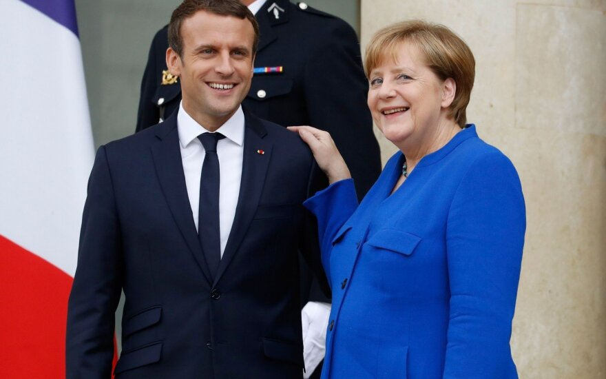 """Macronas giria """"orų"""" Merkel sprendimą 2021-aisiais trauktis iš pareigų"""