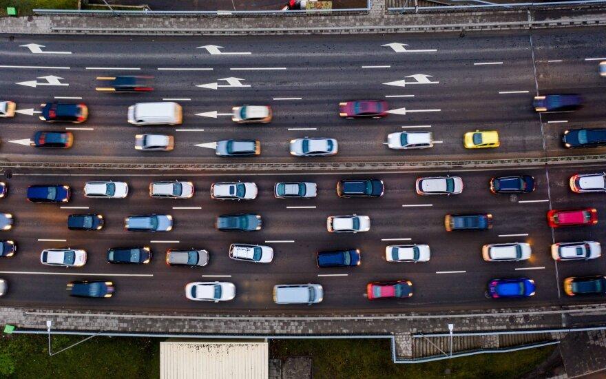 Nerimas dėl gresiančios automobilių kainų griūties kausto automobilių pramonę
