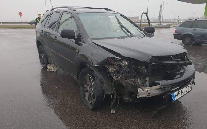 """Avariją sukėlęs girtas """"Lexus"""" vairuotojas dar bandė pabėgti su suniokotu automobiliu"""