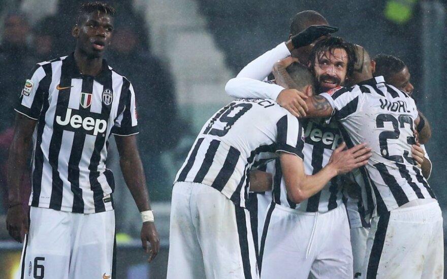 Andrea Pirlo triumfuoja su komandos draugais