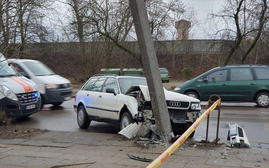 """Sostinėje """"Audi"""" sukėlė avariją: kliudė """"Fiat"""" automobilį ir rėžėsi į stulpą"""