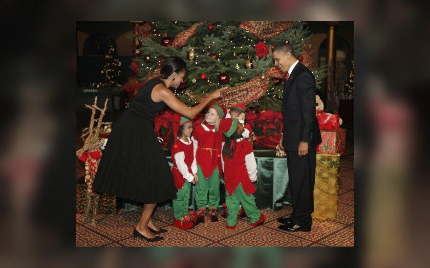 B.Obama su žmona Michelle prie kalėdinės eglės