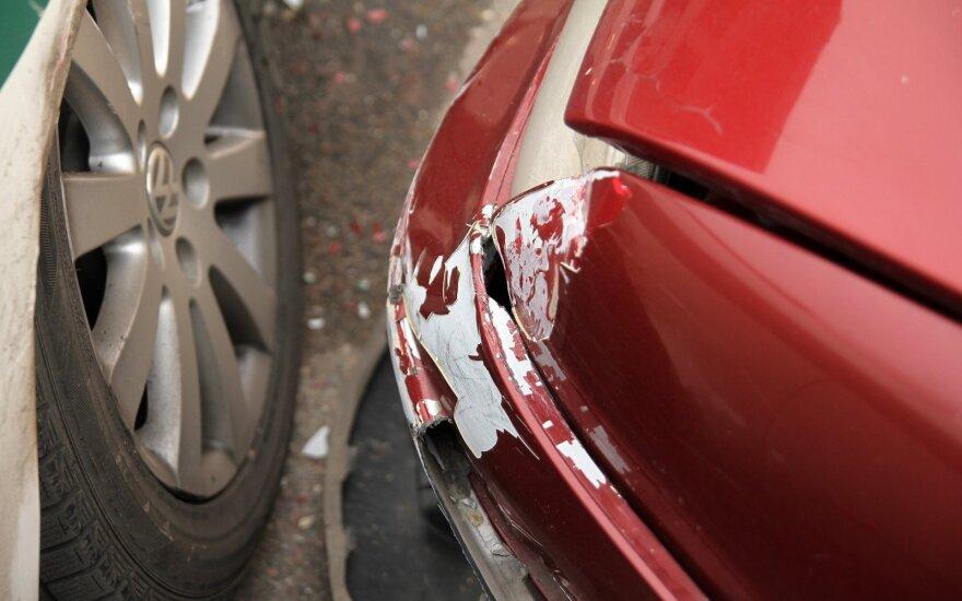 Karantino kaina vairuotojams: kiemuose apgadintų automobilių – penktadaliu daugiau
