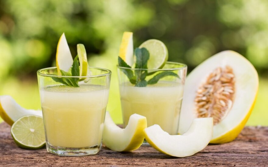 Meliono, mėtos ir laimo gaivusis gėrimas
