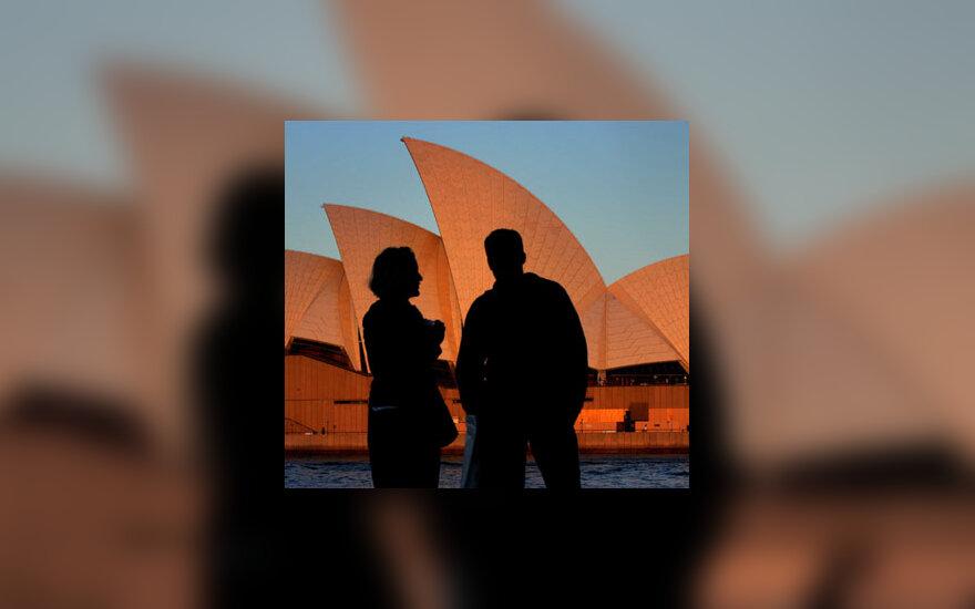 Britų turistai vaikšto šalia vieno iš labiausiai lankomų turizmo objektų Australijoje, Sidnėjaus operos teatro