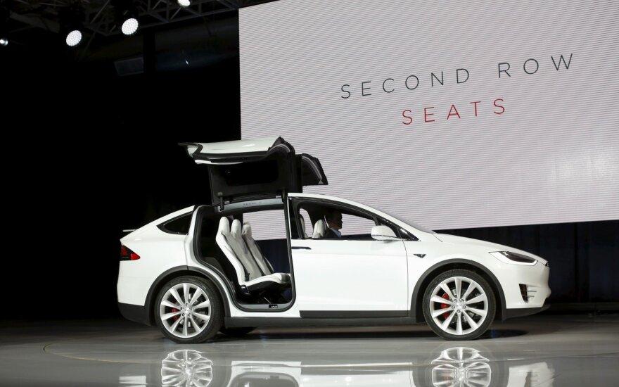 """Šį kartą į avariją papuolė """"Tesla Model X"""""""