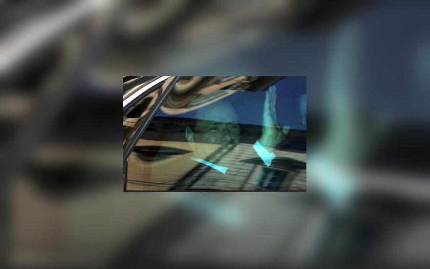 Pro automobilio langą mojuoja Italijos premjeras Silvio Berlusconi.