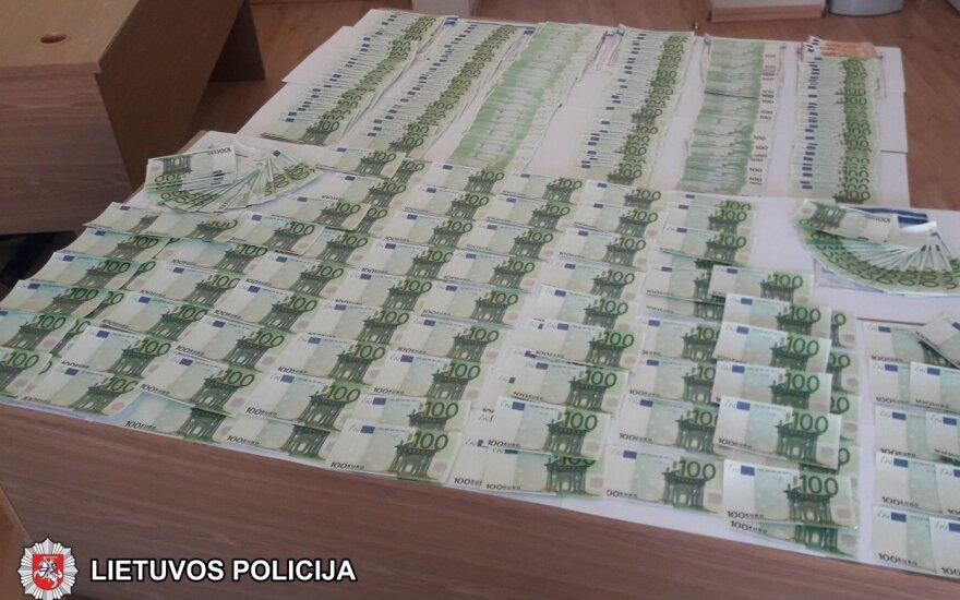 Policija sučiupo vilniečius, iš užsienio atsigabenusius 85 000 padirbtų eurų