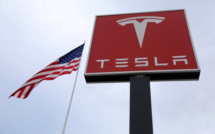 """""""Tesla"""" panaikins tūkstančius darbo vietų, siekdama paskatinti pelningumą"""