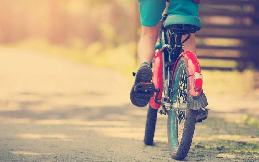Vaikas su dviračiu
