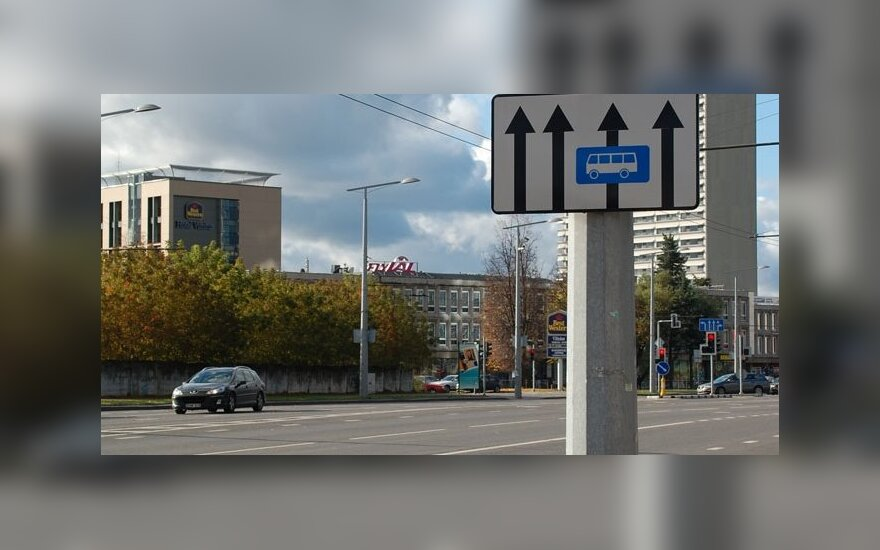 Kelio ženklai ir maršrutinio transporto juosta Vilniaus Konstitucijos pr.