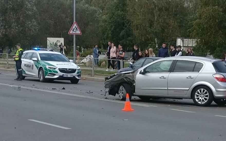 Šiauliuose motociklas rėžėsi į automobilį, paskui į dar vieną