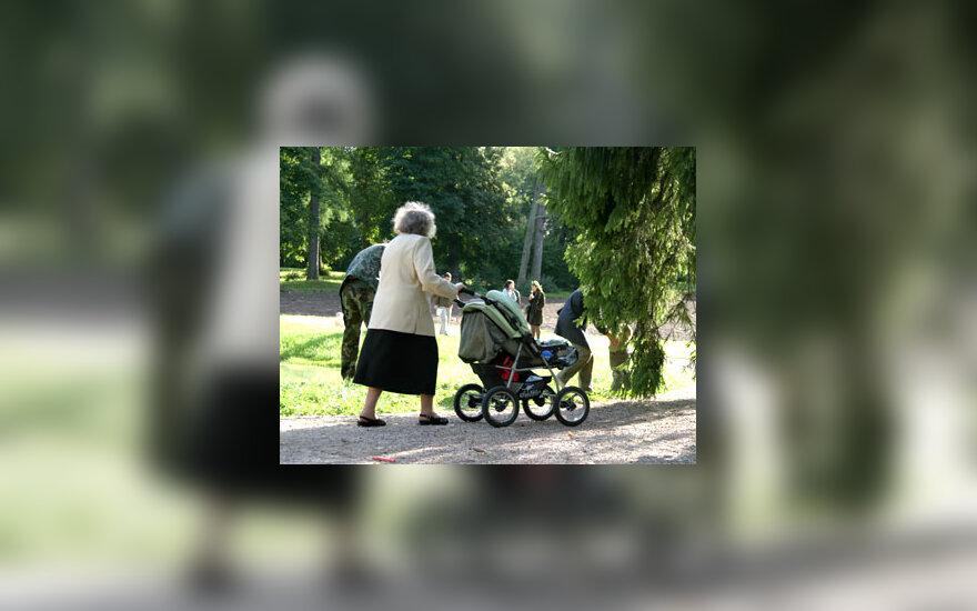 Pagyvenusi moteris, močiutė, vežimėlis