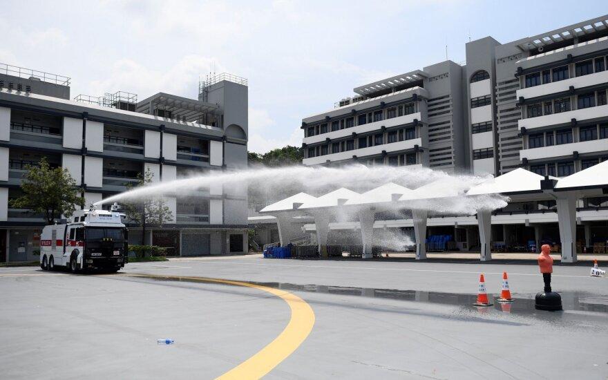 Honkongo oro uostas atšaukė visus skrydžius, policija demonstruoja vandens patrankas