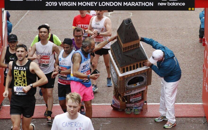Londono maratone Guinnesso rekordų siekė įspūdingais kostiumais pasipuošę bėgikai