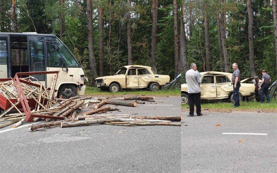 """Vilniaus r. autobusas rėžėsi į itin retos markės automobilį: sudaužytas sovietų laikus menantis """"Moskvič"""""""