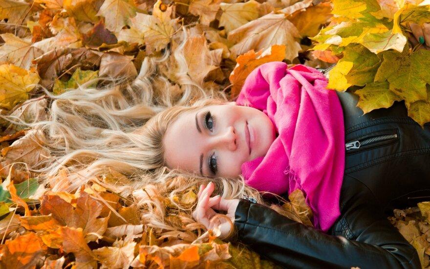 ruduo mergina lapai džiaugsmas laimė