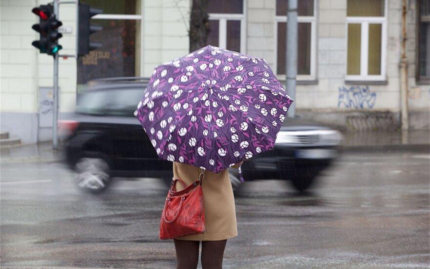 Ateinančią savaitę sniegą keis lietus: laukia stiprūs vėjo gūsiai
