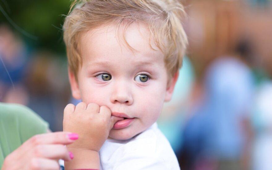 Vaikas ima pirštus į burną