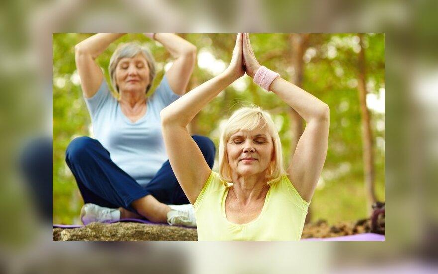 Vyresnės moterys daro kvėpavimo pratimus