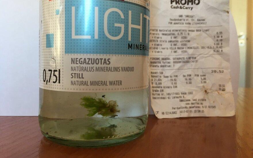 Nusipirko mineralinio gėrimo: buteliuose rado ne tik vandens