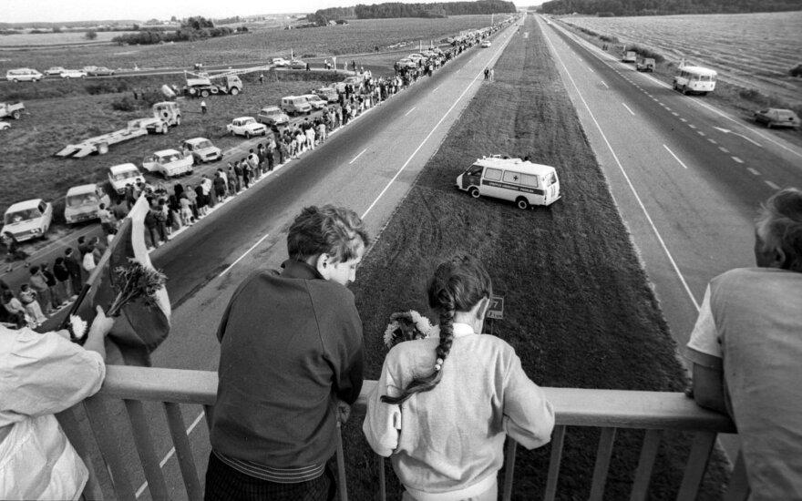 1989 rugpjūčio 23d. Baltijos šalis apjungia Baltijos kelias