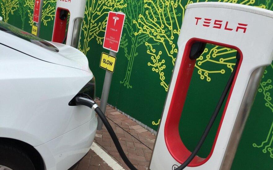 """Norvegija pirmoji Europoje pradėjo prekiauti """"Tesla"""" elektromobiliais"""