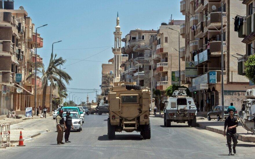 Egipto karinės pajėgos skelbia, kad prieš terorizmą nukreiptų reidų metu žuvo 83 kovotojai