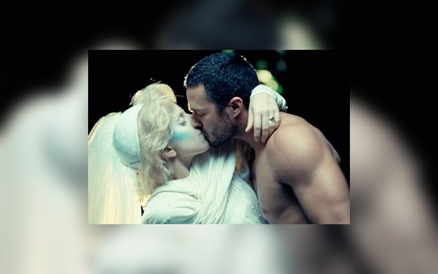 Lady Gaga bučiuojasi su Taylor Kinney
