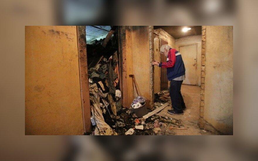 Po bute kilusio gaisro Sigitas priverstas prašyti ir kaimynų, ir institucijų pagalbos / Egidijaus JANKAUSKO nuotr.