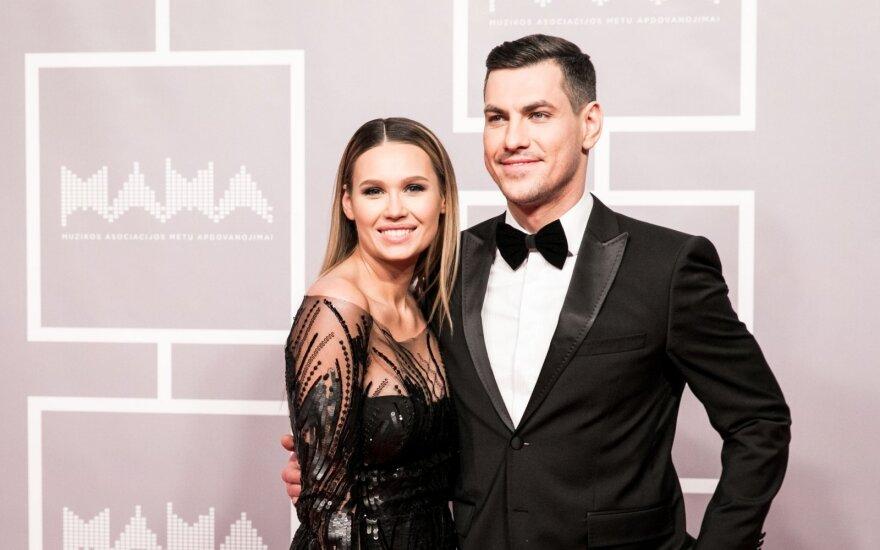 Neseniai tėvais tapę Justinas Jankevičius su mylimąja Greta spindėjo apdovanojimuose: sunkiausia buvo palikti sūnų namuose