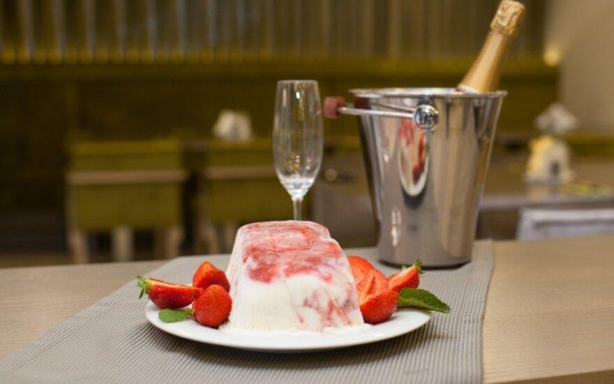 """R. Ničajienės """"Sezoninės virtuvės"""" receptai: šaltas braškių desertas su morengais ir sutirštintu pienu"""