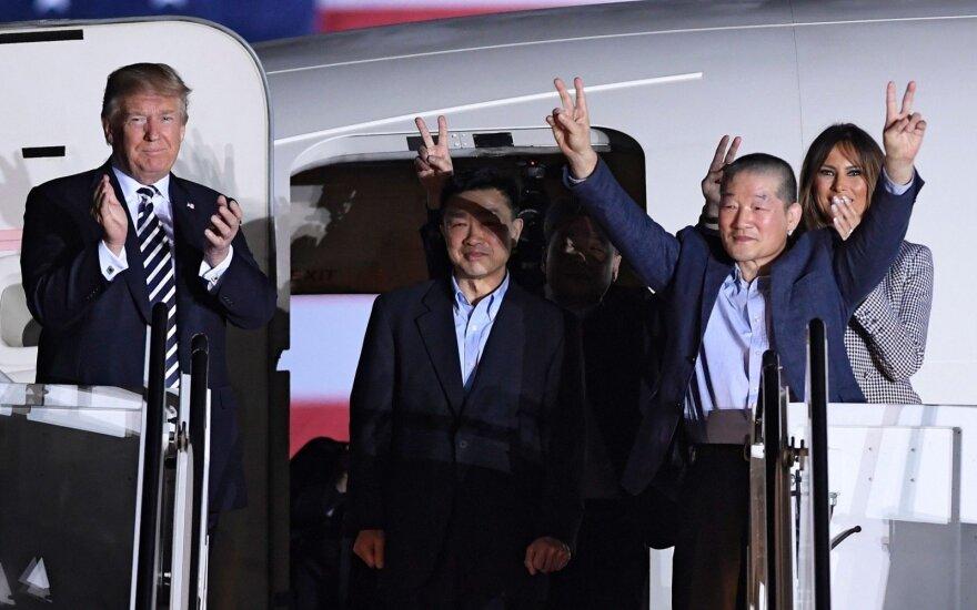 Šiaurės Korėjoje kalinti amerikiečiai grįžo namo