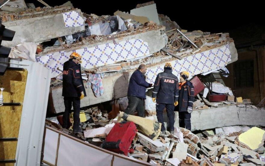 Rytų Turkijoje galingas žemės drebėjimas pareikalavo mažiausiai 20 gyvybių