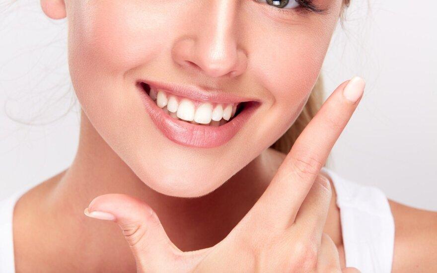 Ko imtis, kad turėtumėte baltą šypseną: atsisakykite kasdienių įpročių, kurie ypač tamsina dantis