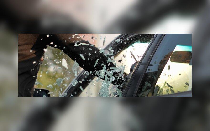 Senų automobilių ardymo teritorijoje Naujojoje Akmenėje buvo apgadinti septyni automobiliai