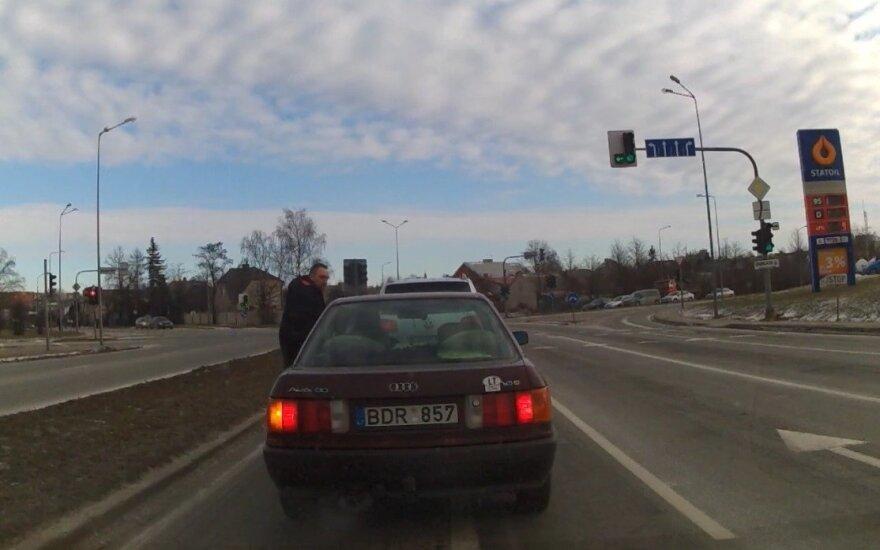 """Kumščiais bėdas sprendusio Šiaulių """"kelių gaidelio"""" laukia baudžiamoji atsakomybė"""
