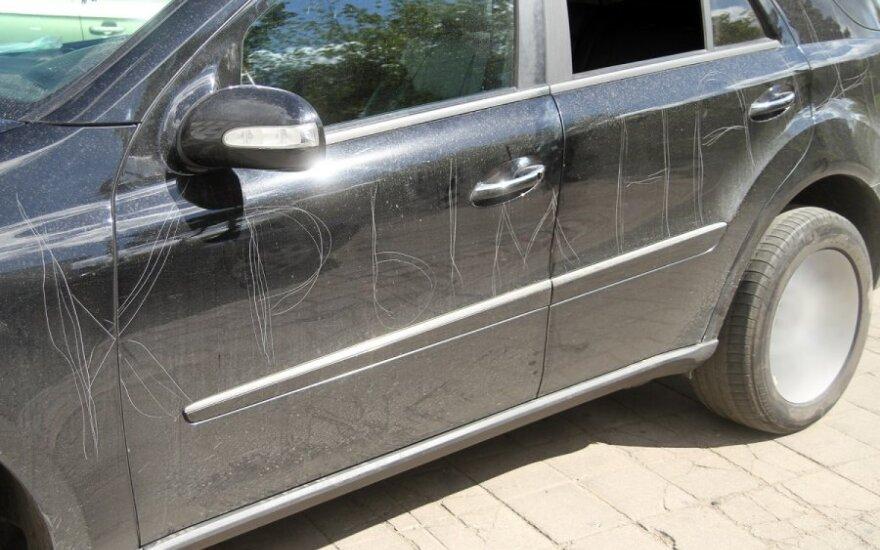 Ką padarę galite sulaukti keršto: pakeltų valytuvų, subraižyto automobilio ar net subadytų padangų