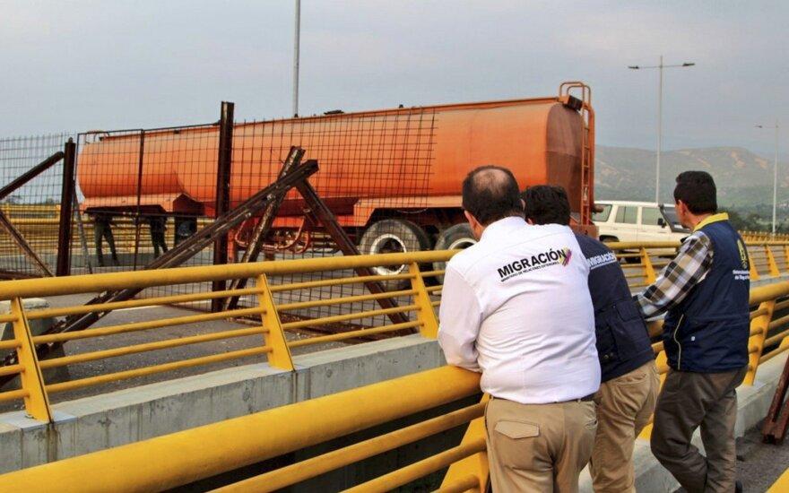 """""""Raudona linija"""" peržengta: Venesuelos kariškiai blokavo tiltą prie sienos su Kolumbija"""
