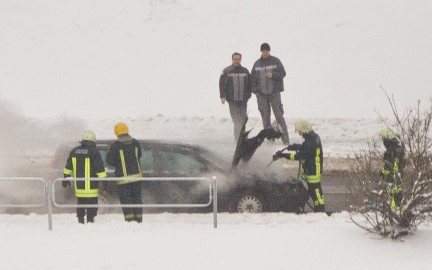 """Prie Edukologijos universiteto ugnis suniokojo neužvestą """"Volvo"""", jo savininkas apie kilusį gaisrą nė nežinojo"""