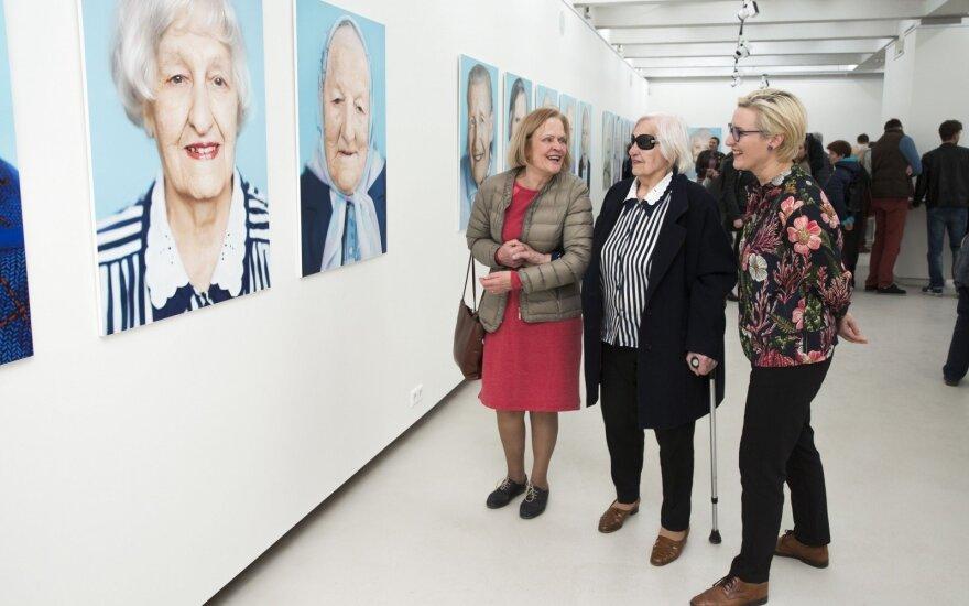 Pažiūrėti savo portretų ypatingoje parodoje atėjo ir šimtametės viešnios