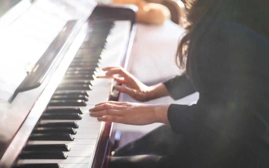 Muzikos galia – ramina prieš skrydį ir keičia viešąsias erdves