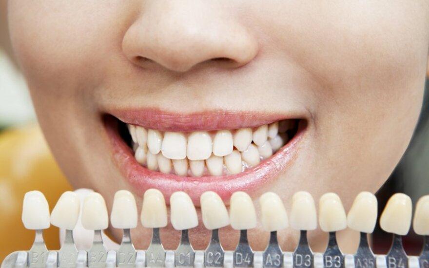 Rūkanti ir kavą gerianti klientė liko nebalintais dantimis