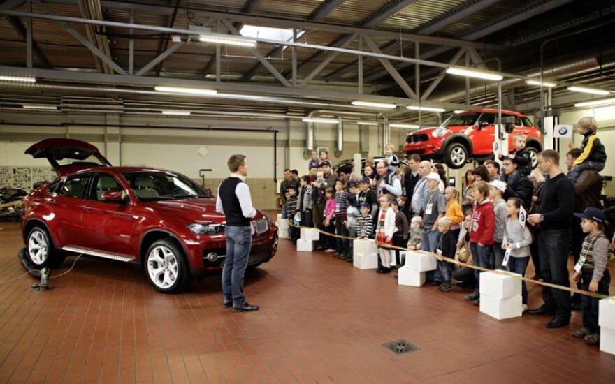 Automobilių salonas dienai virto vaikų žaidimų aikštele